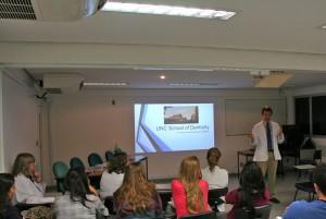 O aluno Rory O'Kane, da UNC, faz apresentação de sua faculdade a mestrandos, doutorandos e pós-doutorados do Centrinho-USP e a alunos de graduação da FOB