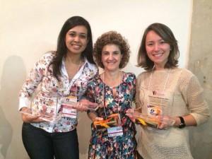 A mestranda Maria Natália Medeiros, a orientadora Renata Yamashita e a doutoranda Rafaeli Scarmagnani após entrega do prêmio em São Paulo