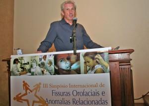 William Shaw, professor de Ortodontia da University of Manchester (Reino Unido) e membro do Centro Colaborativo para Pesquisas em Anomalias Craniofaciais da Organização Mundial da Saúde (OMS), em palestra na 3ª edição do Simpósio, em 2013